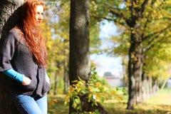 Пальто листьев осени девушки Стоковая Фотография RF