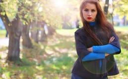 Пальто листьев осени девушки Стоковое Изображение RF