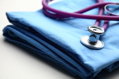 Пальто доктора с стетоскопом на столе Стоковое Изображение