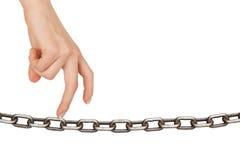 Пальцы женщины идя на цепь Стоковая Фотография