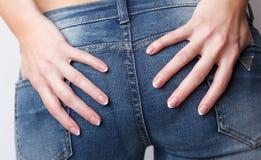 Пальцы женщины с французским маникюром Стоковые Фотографии RF