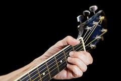 Пальцы крупного плана на шеи гитары Стоковое фото RF