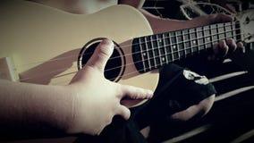 Пальцы на гавайской гитаре Стоковые Фотографии RF