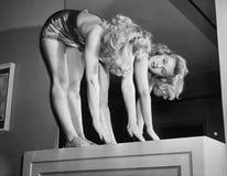 Пальцы ноги женщины касающие перед зеркалом (все показанные люди более длинные живущие и никакое имущество не существует Гарантии Стоковые Изображения RF