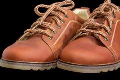 Пальцы ноги крупного плана ботинок коричневых людей на темной предпосылке Стоковые Фотографии RF