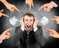 Пальцы указывая на кричащий усиленный бизнесмена Стоковое Фото