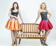 Певица актрисы 2 девушек в платьях коктеиля белокурых и коричневых волосах Стоковые Изображения RF