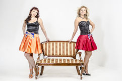 Певица актрисы 2 девушек в платьях коктеиля белокурых и коричневых волосах Стоковая Фотография