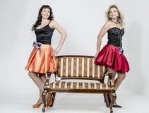 Певица актрисы 2 девушек в платьях коктеиля белокурых и коричневых волосах Стоковая Фотография RF