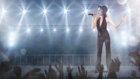 Певица в классическом стиле выполняя с светами на предпосылке Стоковые Фото