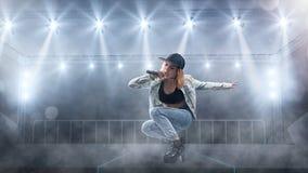 Певица в непринужденном стиле выполняя с светами на предпосылке Стоковая Фотография RF