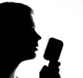 певица в реальном маштабе времени ража нот микрофона человека принципиальной схемы Стоковое Изображение