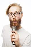 певица в реальном маштабе времени ража нот микрофона человека принципиальной схемы Стоковая Фотография