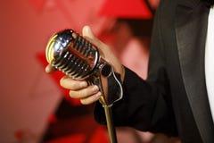 Певица держа классический микрофон стоковая фотография