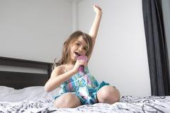 Певица девушки в спальне Стоковые Изображения
