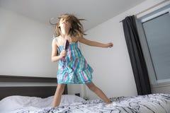 Певица девушки в спальне Стоковая Фотография