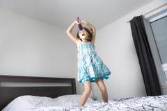 Певица девушки в спальне Стоковое Изображение