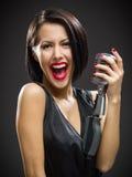 Певица держа mic стоковая фотография