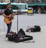 Певица играя в улице, Париже, Франции Стоковое Фото
