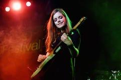 Певица и гитарист Nadadora (диапазона) выполняют на этапе Salamandra Стоковое Фото