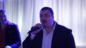 Певица и звукооператор на работе видеоматериал