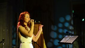 Певица поет на этапе акции видеоматериалы