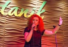 Певица поя в Иркутске, Российская Федерация женщины Стоковые Фото