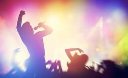 Певица поя на этапе на концерте стоковые фотографии rf