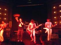 Певица развевает рука в воздухе как ленточный бандаж 80's сильный как pla Bull Стоковые Фотографии RF