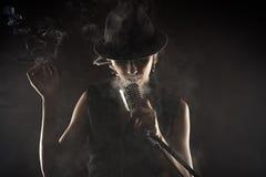 Певица с ретро микрофоном Стоковые Фото