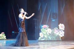 Певица huangyingying поет стоковое изображение