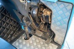 Педали акселератора и пролома пригородного автобуса стоковая фотография rf