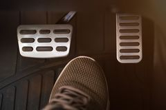 Педали и ботинок автомобиля стоковые изображения