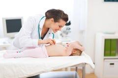 педиатр доктора младенца играя обзор Стоковое Изображение RF