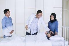 Педиатр проверяя его пациента в больнице стоковая фотография