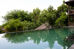 Пейзажный бассейн виллы Балийский пейзажный бассейн в деревне Стоковые Изображения