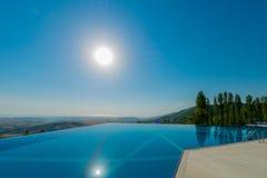 Пейзажный бассейн на яркий летний день стоковые изображения rf