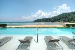 Пейзажный бассейн обозревая пляж Cherating, Kuantan, Малайзию Стоковые Изображения RF