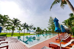 Пейзажный бассейн роскошного курорта Стоковое фото RF