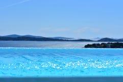Пейзажный бассейн с взглядом на Адриатическом море стоковые изображения