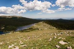 Пейзаж ландшафта горы с голубым небом над timberline Стоковое Изображение RF
