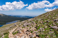 Пейзаж ландшафта горы с голубым небом над timberline Стоковые Фотографии RF