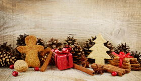 Пейзаж атмосферы рождества с Санта Клаусом, красным подарком на деревянном Стоковое Изображение