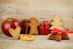 Пейзаж атмосферы рождества с Санта Клаусом, яблоком на деревянном Стоковая Фотография