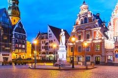 Пейзаж вечера старой площади ратуши в Риге, Латвии Стоковые Фото