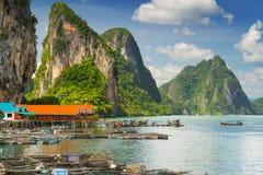 Пейзаж выселка Panyee Koh построенного на ходулочниках в Таиланде Стоковые Изображения RF