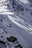 Пейзаж высоких гор с атмосферой снега и облака Стоковая Фотография RF