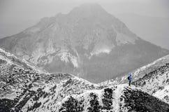 Пейзаж высоких гор с атмосферой снега и облака Стоковое Изображение