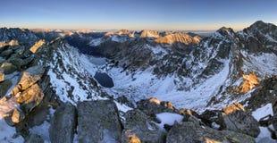 Пейзаж высокой горы с озером и высокого пика Стоковое Изображение RF