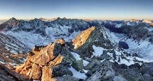 Пейзаж высокой горы с озером и высокого пика Стоковое Изображение